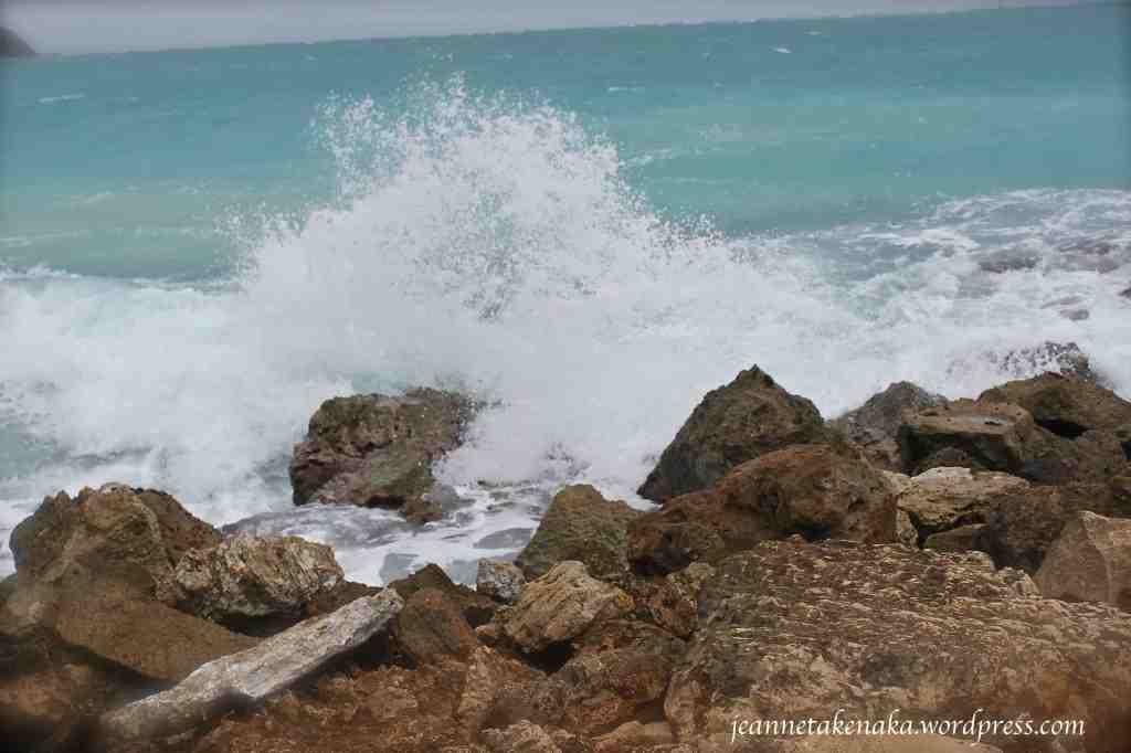 crashing-waves-on-rocks